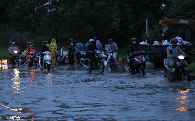 Hà Nội: Vạn người vật lộn trong biển nước trước cổng Thiên đường Bảo Sơn - Ảnh 3.