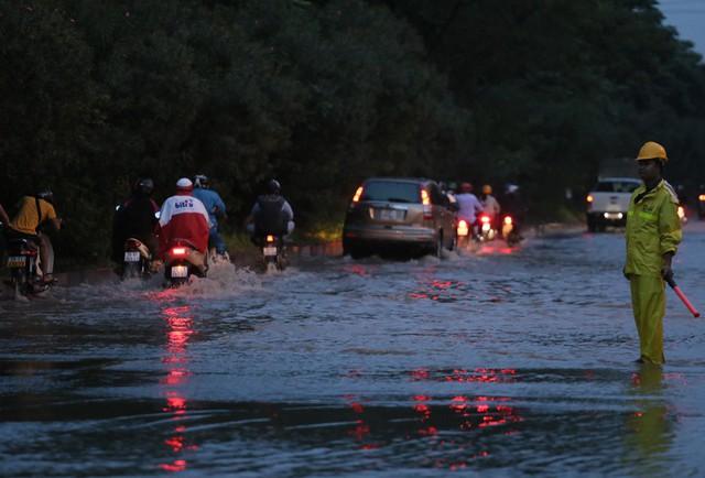 Hà Nội: Vạn người vật lộn trong biển nước trước cổng Thiên đường Bảo Sơn - Ảnh 11.