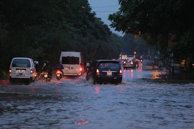 Hà Nội: Vạn người vật lộn trong biển nước trước cổng Thiên đường Bảo Sơn - Ảnh 2.