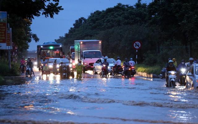 Hà Nội: Vạn người vật lộn trong biển nước trước cổng Thiên đường Bảo Sơn - Ảnh 1.