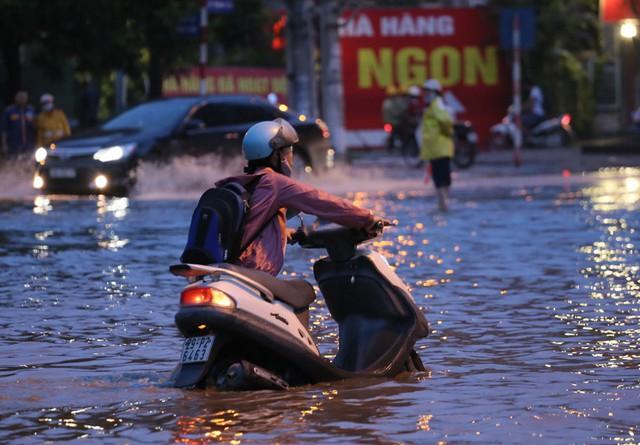 Hà Nội: Vạn người vật lộn trong biển nước trước cổng Thiên đường Bảo Sơn - Ảnh 8.