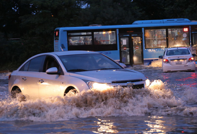 Hà Nội: Vạn người vật lộn trong biển nước trước cổng Thiên đường Bảo Sơn - Ảnh 4.