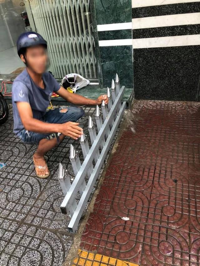 Mâu thuẫn cá nhân, một chủ nhà làm rào chắn trên vỉa hè bằng chông nhọn hoắt khiến dân mạng bức xúc - Ảnh 2.