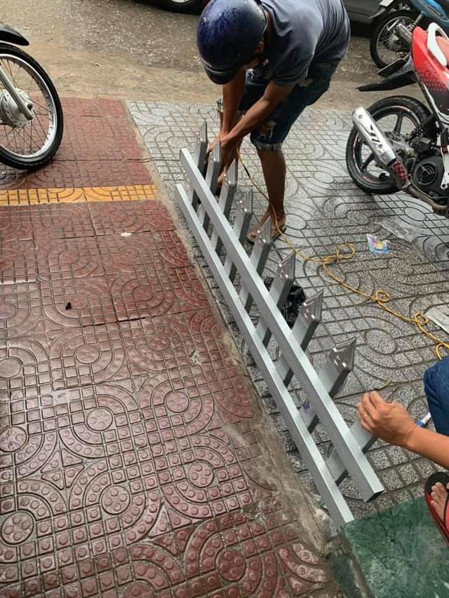 Mâu thuẫn cá nhân, một chủ nhà làm rào chắn trên vỉa hè bằng chông nhọn hoắt khiến dân mạng bức xúc - Ảnh 4.