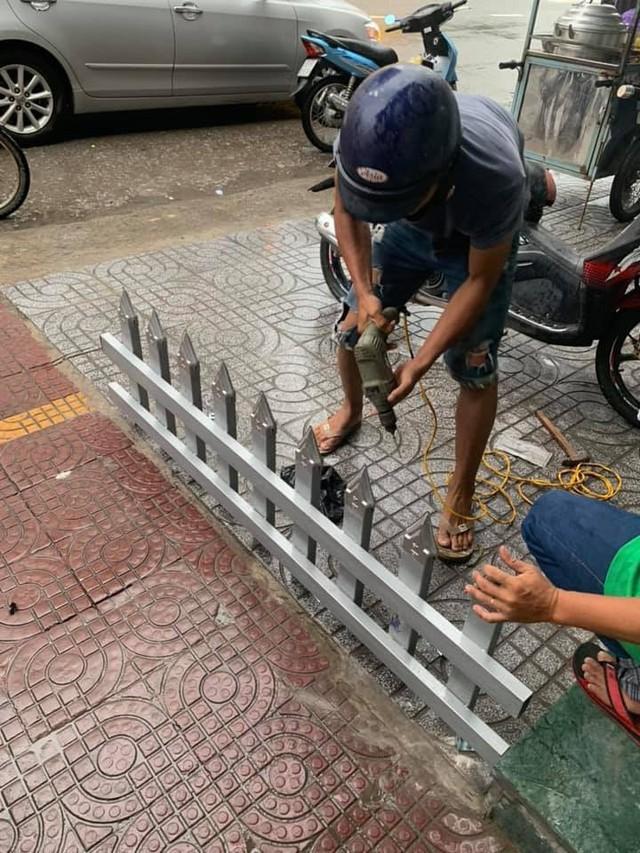 Mâu thuẫn cá nhân, một chủ nhà làm rào chắn trên vỉa hè bằng chông nhọn hoắt khiến dân mạng bức xúc - Ảnh 5.