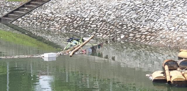 Sau bão số 3, sông Tô Lịch trong xanh nhưng nhiều rác trên bề mặt - Ảnh 3.