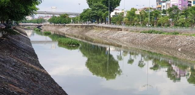 Sau bão số 3, sông Tô Lịch trong xanh nhưng nhiều rác trên bề mặt - Ảnh 2.