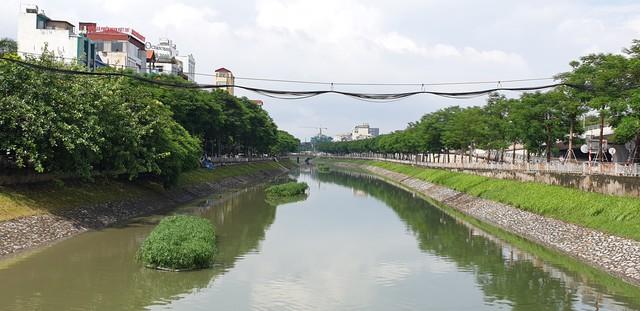 Sau bão số 3, sông Tô Lịch trong xanh nhưng nhiều rác trên bề mặt - Ảnh 1.