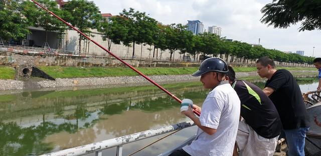 Sau bão số 3, sông Tô Lịch trong xanh nhưng nhiều rác trên bề mặt - Ảnh 9.