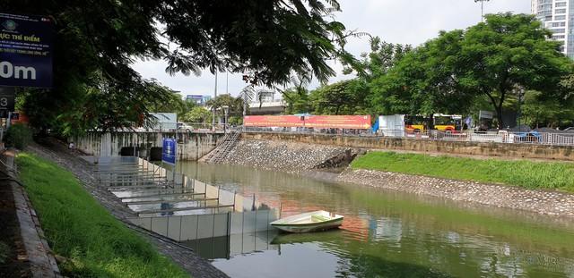 Sau bão số 3, sông Tô Lịch trong xanh nhưng nhiều rác trên bề mặt - Ảnh 7.