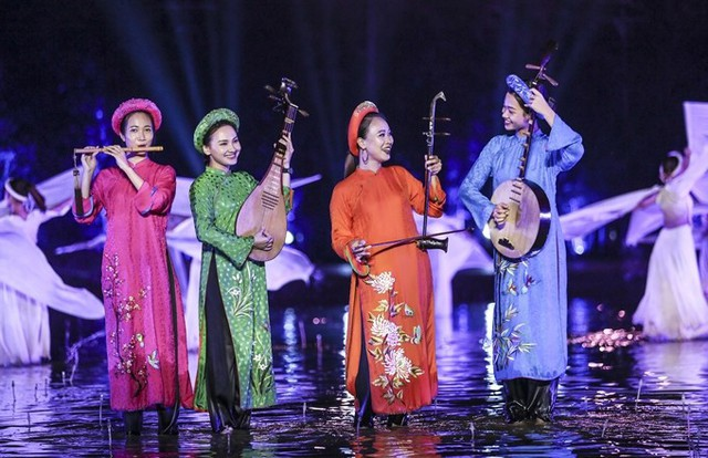 Bảo Thanh dầm mưa cùng Phùng Khánh Linh diễn vai tú nữ - Ảnh 1.