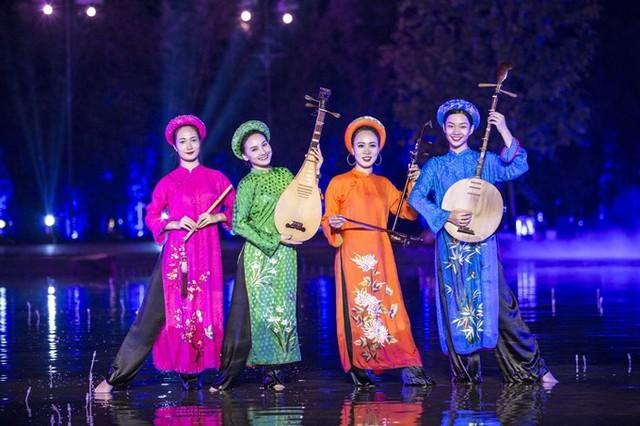 Bảo Thanh dầm mưa cùng Phùng Khánh Linh diễn vai tú nữ - Ảnh 2.