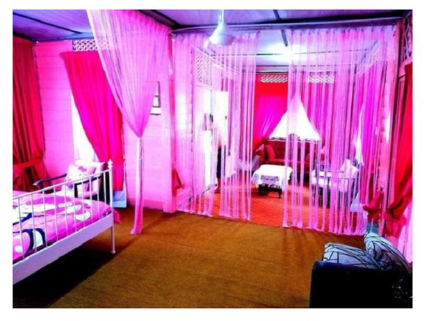 Cặp vợ chồng trung niên chơi trội khi cải tạo lại ngôi nhà cũ nát thành ngôi nhà Hello Kitty sến rện - Ảnh 4.