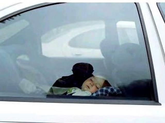 Những kỹ năng bố mẹ cần trang bị cho trẻ khi bị bỏ quên trên xe ô tô - Ảnh 2.