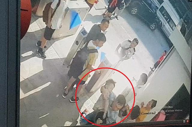 Những điểm cần làm rõ vụ bé trai 6 tuổi tử vong do bị quên trên xe đưa đón - Ảnh 2.