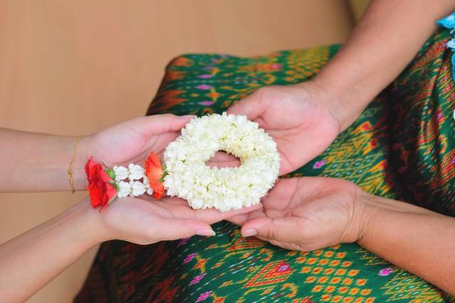 Khi Hoa hậu đội vương miện quỳ lạy cha mẹ: Lòng hiếu thảo của một người con và nét đẹp văn hóa tại đất nước Thái Lan - Ảnh 9.