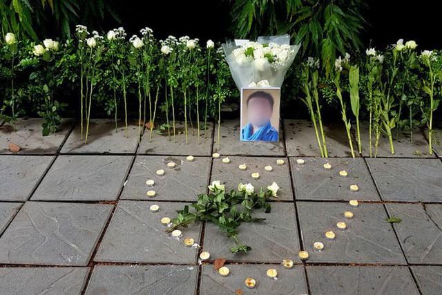 Người dân lặng lẽ đặt bông cúc trắng trước cổng trường Gateway để tưởng nhớ bé trai tử vong thương tâm trên xe đưa đón - Ảnh 2.