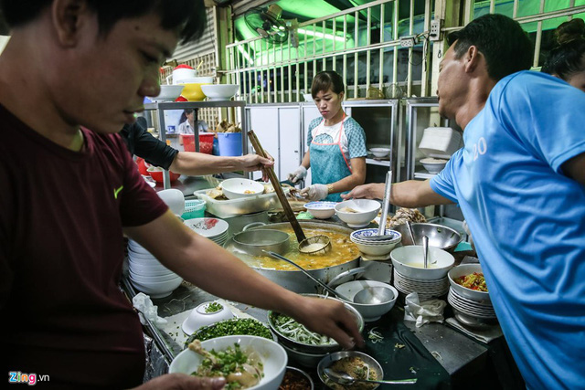 Quán phở miến gà ta chật kín khách từ sáng đến đêm ở Sài Gòn - Ảnh 2.