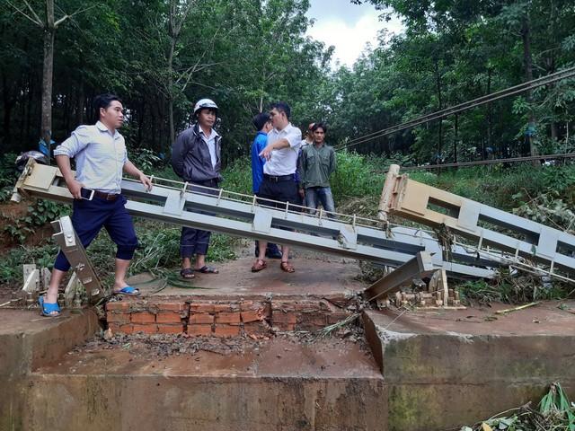 Bình Phước: Mưa lớn nhiều ngày phá hủy hoàn toàn cầu dây, nhiều ngôi nhà bị chìm sâu trong biển nước. - Ảnh 1.