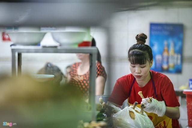Quán phở miến gà ta chật kín khách từ sáng đến đêm ở Sài Gòn - Ảnh 13.