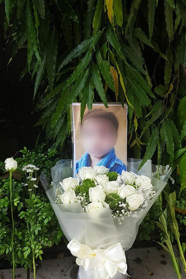 Người dân lặng lẽ đặt bông cúc trắng trước cổng trường Gateway để tưởng nhớ bé trai tử vong thương tâm trên xe đưa đón - Ảnh 3.