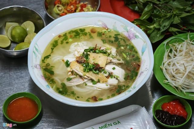 Quán phở miến gà ta chật kín khách từ sáng đến đêm ở Sài Gòn - Ảnh 3.