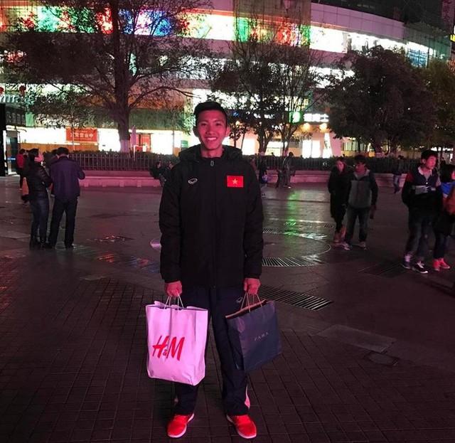 Đoàn Văn Hậu chuộng đi giày thể thao, có đôi giá 22 triệu đồng - Ảnh 2.