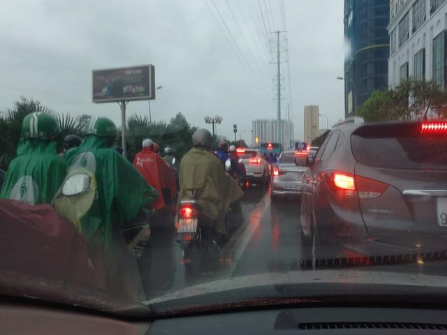 Hà Nội: Mưa to gây ngập nhiều nơi khiến giao thông tắc đường kinh hoàng - Ảnh 5.