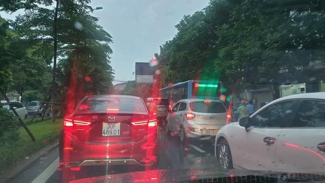 Hà Nội: Mưa to gây ngập nhiều nơi khiến giao thông tắc đường kinh hoàng - Ảnh 6.