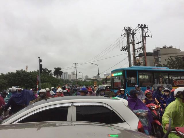 Hà Nội: Mưa to gây ngập nhiều nơi khiến giao thông tắc đường kinh hoàng - Ảnh 2.