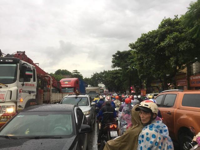Hà Nội: Mưa to gây ngập nhiều nơi khiến giao thông tắc đường kinh hoàng - Ảnh 4.
