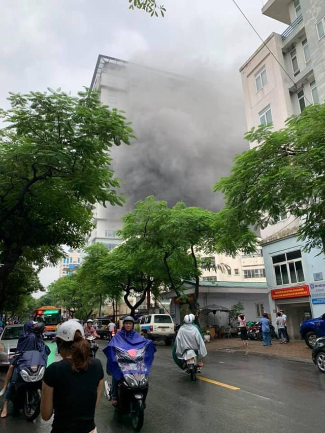 Hà Nội: Giải cứu người đàn ông mắc kẹt trong đám cháy lớn ở phố Núi Trúc  - Ảnh 1.