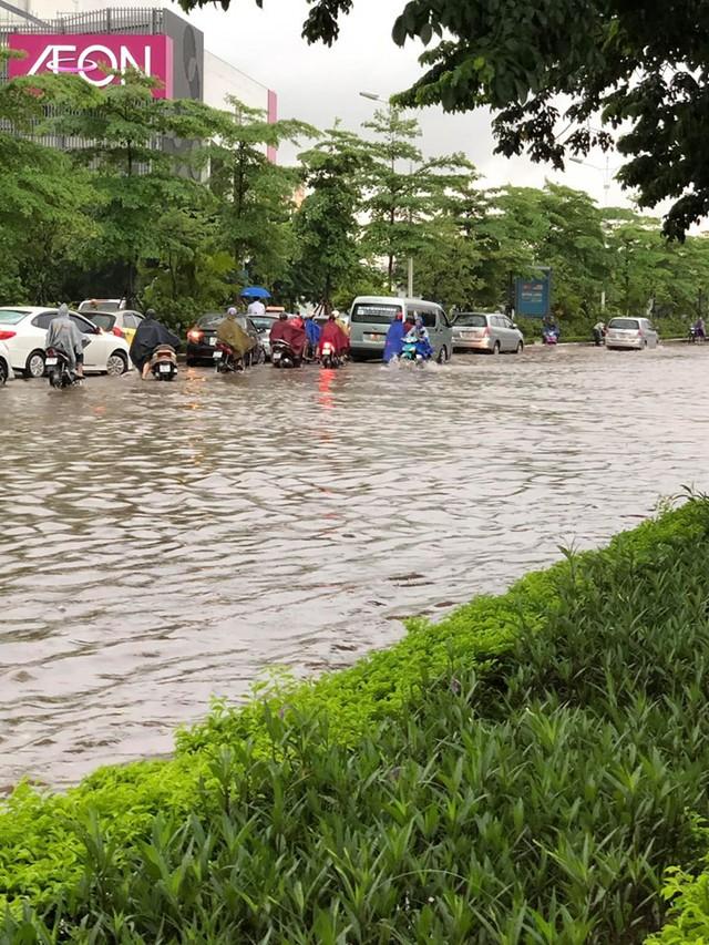 Hà Nội: Mưa to gây ngập nhiều nơi khiến giao thông tắc đường kinh hoàng - Ảnh 8.