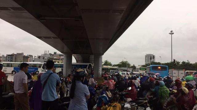 Hà Nội: Mưa to gây ngập nhiều nơi khiến giao thông tắc đường kinh hoàng - Ảnh 9.
