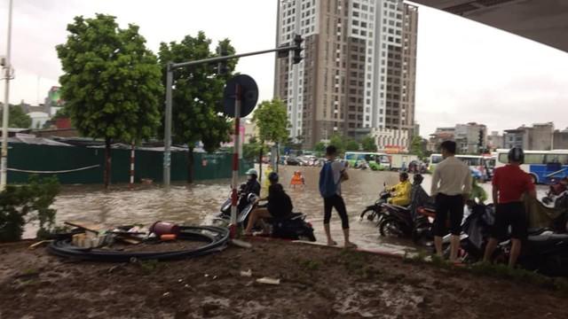 Hà Nội: Mưa to gây ngập nhiều nơi khiến giao thông tắc đường kinh hoàng - Ảnh 10.
