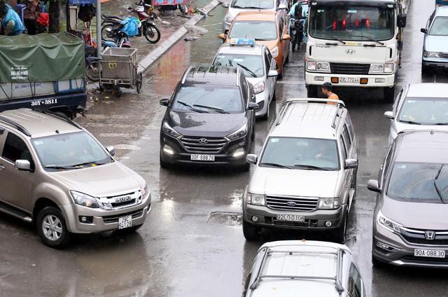 Hà Nội: Chùm ảnh đường Cầu Bươu tắc kinh hoàng từ sáng sớm đến trưa - Ảnh 2.