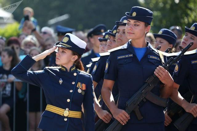Vẻ đẹp của nữ sinh trường không quân Nga hút hồn trong ngày khai giảng - Ảnh 1.