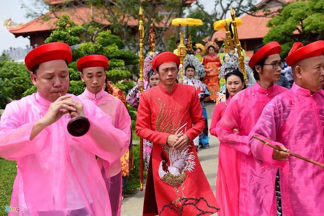 Nghệ sĩ Hoài Linh làm lễ rước kiệu trong ngày giỗ Tổ nghề - Ảnh 1.