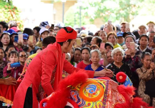 Nghệ sĩ Hoài Linh làm lễ rước kiệu trong ngày giỗ Tổ nghề - Ảnh 2.