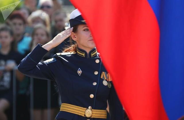 Vẻ đẹp của nữ sinh trường không quân Nga hút hồn trong ngày khai giảng - Ảnh 3.