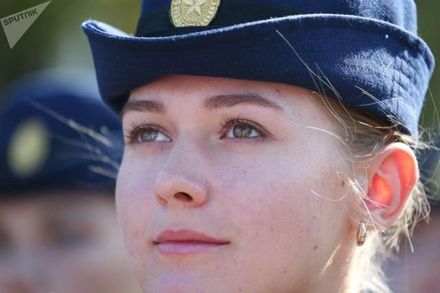 Vẻ đẹp của nữ sinh trường không quân Nga hút hồn trong ngày khai giảng - Ảnh 7.