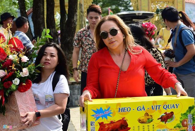Nghệ sĩ Hoài Linh làm lễ rước kiệu trong ngày giỗ Tổ nghề - Ảnh 7.