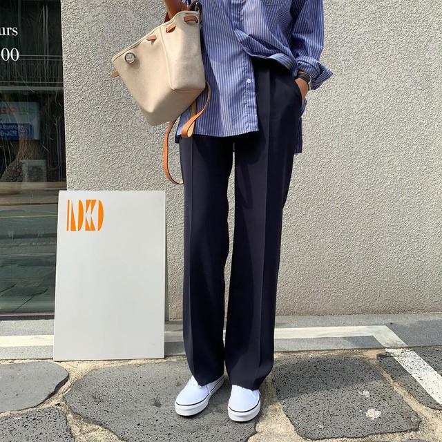 """Mấy nàng sành điệu lại phát minh thêm một kiểu diện áo sơ mi: Mở toang vài cúc dưới để trông thật """"ăn chơi"""", hack chân dài tít tắp - Ảnh 8."""