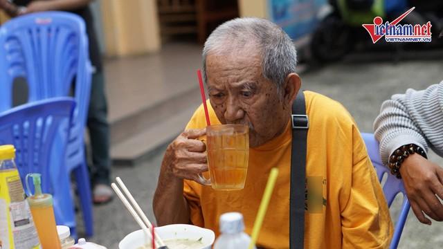 Vừa ra viện, Mạc Can đi nhận trợ cấp 2,6 triệu, ngồi trà đá với bạn bè - Ảnh 8.
