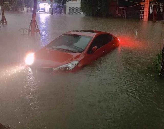 Cộng đồng mạng xót xa chia sẻ hình ảnh TP Thái Nguyên ngập nặng sau trận mưa lớn - Ảnh 4.