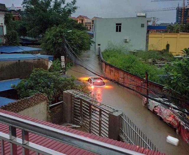 Cộng đồng mạng xót xa chia sẻ hình ảnh TP Thái Nguyên ngập nặng sau trận mưa lớn - Ảnh 11.