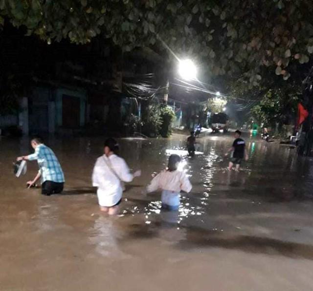 Cộng đồng mạng xót xa chia sẻ hình ảnh TP Thái Nguyên ngập nặng sau trận mưa lớn - Ảnh 12.