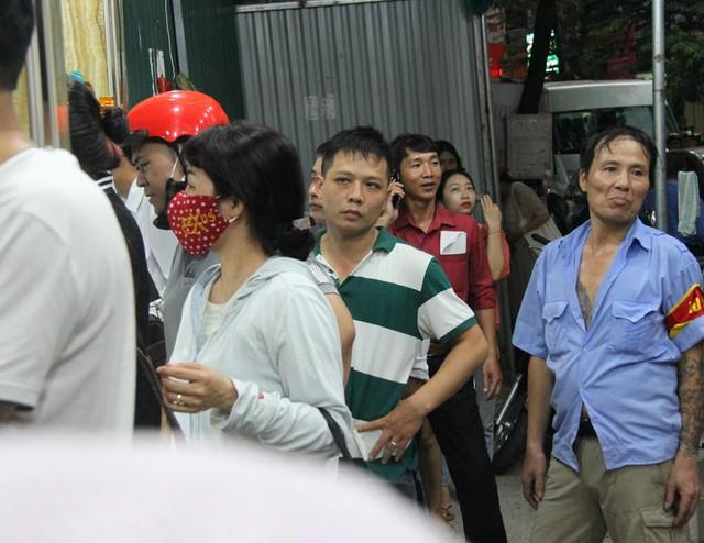 Người Hà Nội lại xếp hàng từ sáng đến đêm để... mua bánh trung thu