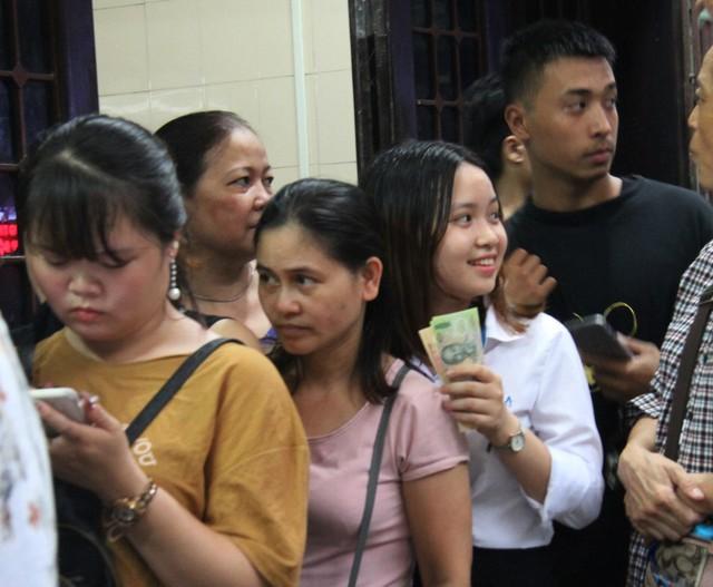 Người Hà Nội lại xếp hàng từ sáng đến đêm để... mua bánh trung thu - Ảnh 2.