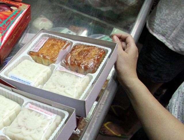 Người Hà Nội lại xếp hàng từ sáng đến đêm để... mua bánh trung thu - Ảnh 6.